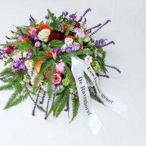rouwbloemstuk met linten